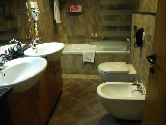 Al Khoory Hotel Apartments: Bathroom