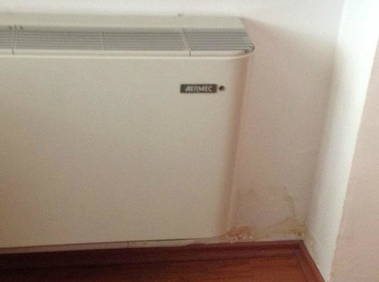 Hotel Concorde Fiera: Air conditioner unit water stains