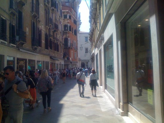 Hotel Gabrielli : walk way through Venice