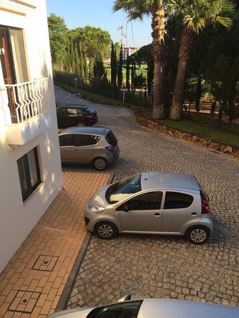 Four Seasons Vilamoura: Ample parking space behind apartments!