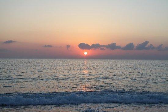 Blu Tropical: вечером на пляже отеля