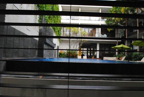 Dekuta Hotel: The pool outside