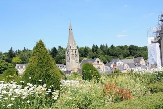 Chateau de Langeais: l'eglise et le village, vue du chateau