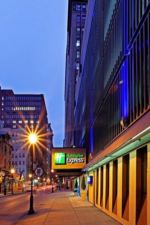 Holiday Inn Express Philadelphia-Midtown: Hotel Exterior Night View from Walnut Street