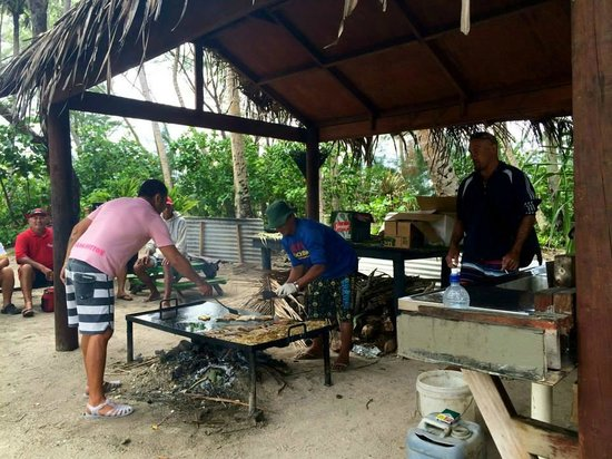 Captain Tama's Lagoon Cruizes : The guys cooking lunch for us