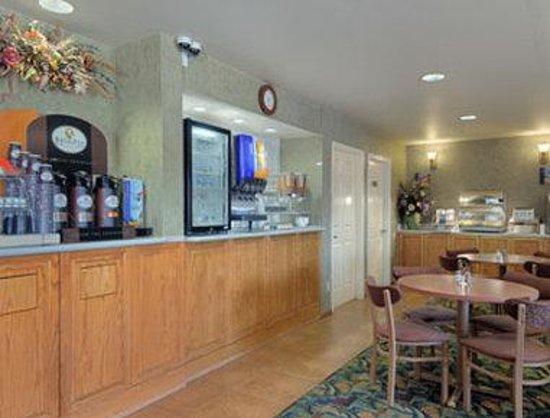 Howard Johnson Inn Salinas: Breakfast Area