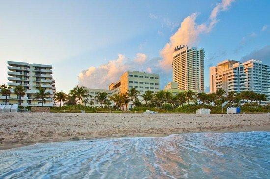 Beach behind Holiday Inn Miami Beach Oceanfront