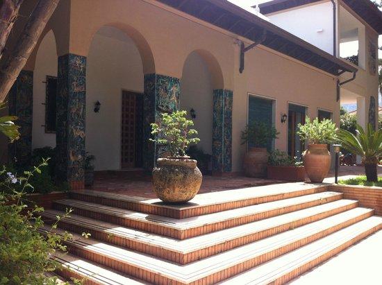 B&B Mondello Resort : Eingangsbereich mit Mosaiksäulen