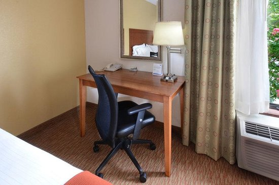 Holiday Inn Express Raleigh-Durham Airport: King Guest Room Desk Area