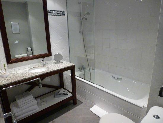 La Villefromoy : Large, clean bathroom