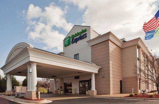 Holiday Inn Express Lynchburg: Hotel Exterior