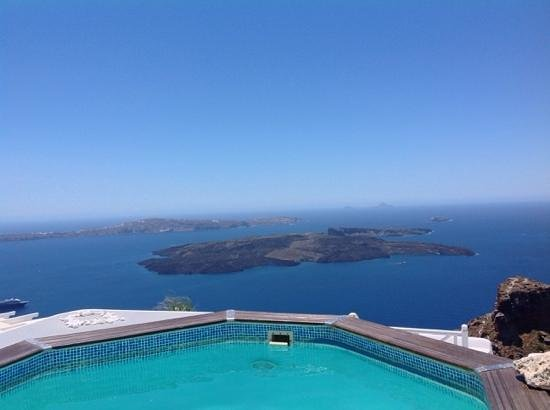Thea Apartments - Imerovigli: Looking over the pool towards the volcano