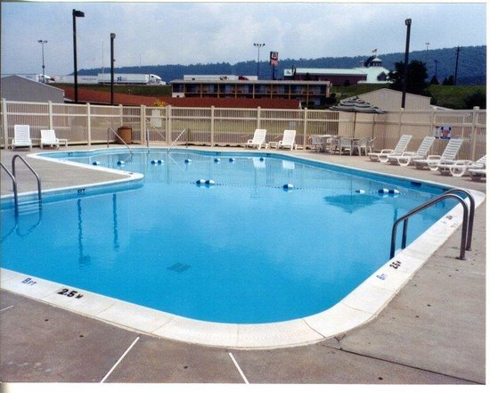 Holiday Inn Express Breezewood: Ground View of Large Outdoor Heated Swimming Pool