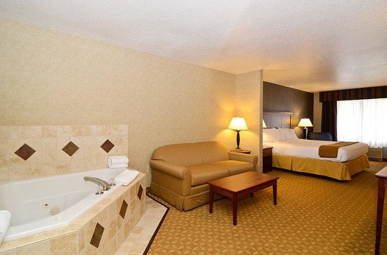 Holiday Inn Express Fort Atkinson: Executive Whirlpool Suite