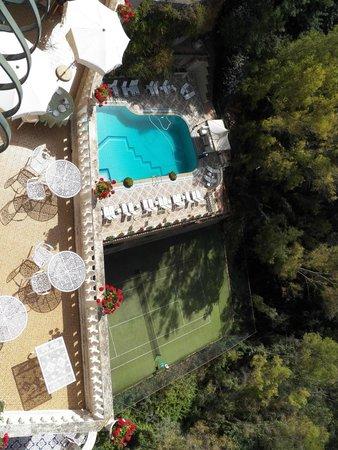 Hotel Villa Riis: Terraza de desayuno, piscina y tennis