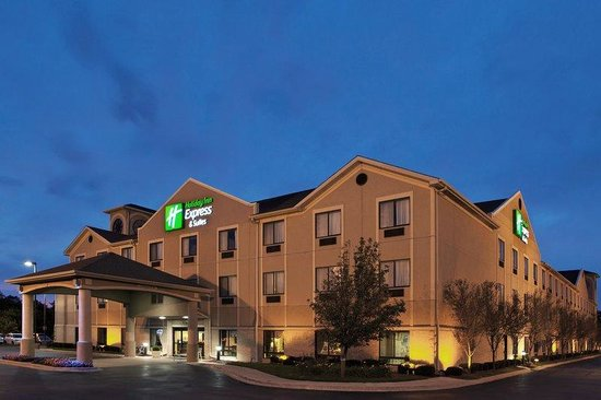 Holiday Inn Express Belleville: Hotel Exterior at night