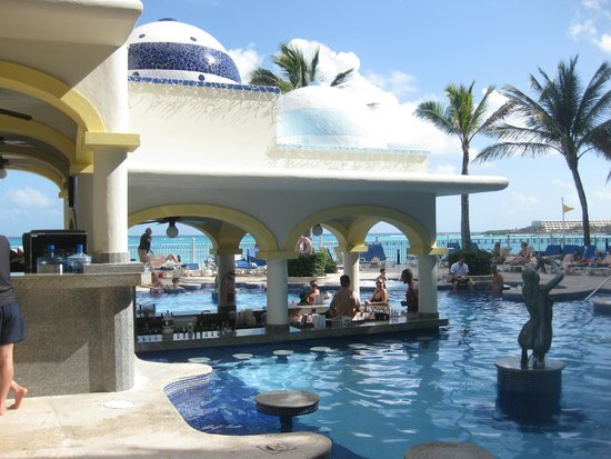 Hotel Riu Cancun: Bar molhado