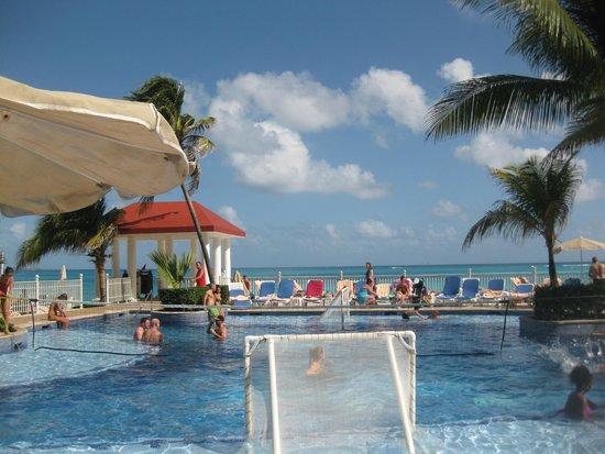 Hotel Riu Cancun: Pscina