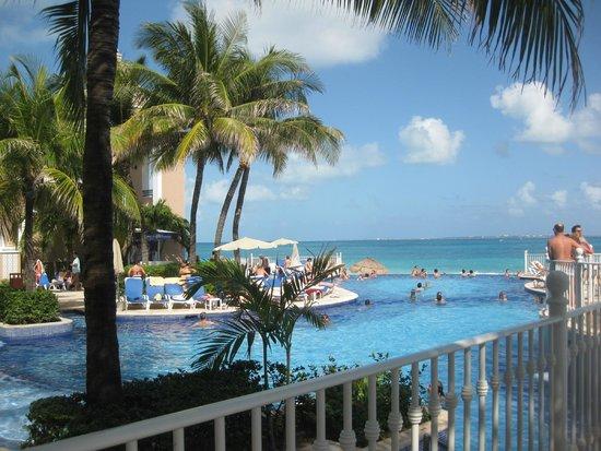 Hotel Riu Cancun: Pscina infinita