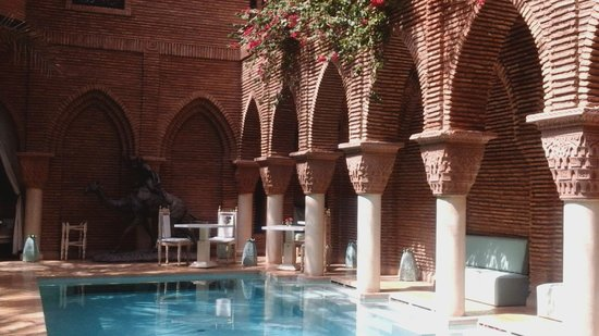 La Sultana Marrakech: Bouganvilla Bushes around the pool