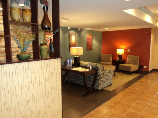 Holiday Inn Express Hotel & Suites Chicago-Algonquin: Lobby