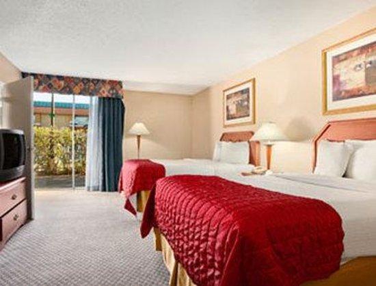 Baymont Inn & Suites Florida Mall: Guest Room