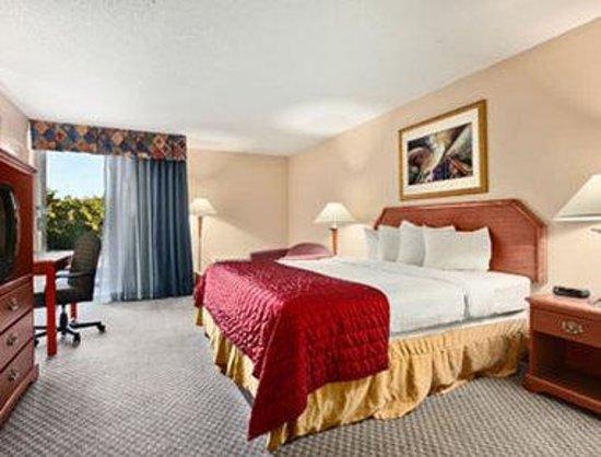 Baymont Inn & Suites Florida Mall: King Room