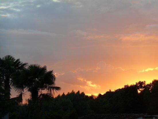 Yelloh! Village Le Lac Des Trois Vallees : Coucher de soleil au dessus du lac