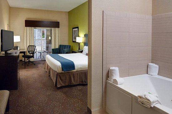 Holiday Inn Express & Suites Saginaw: Poolside King Jacuzzi Suite