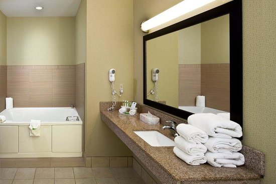 Holiday Inn Express & Suites Saginaw: Whirlpool in 2 Room Suite