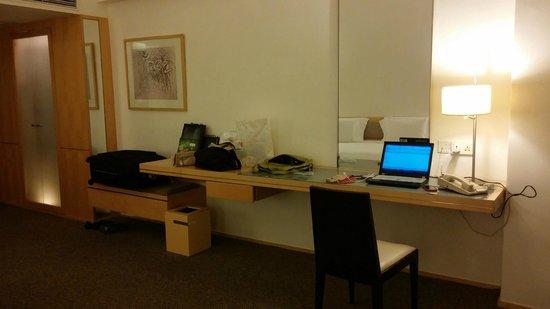 Regal Airport Hotel: Working desk