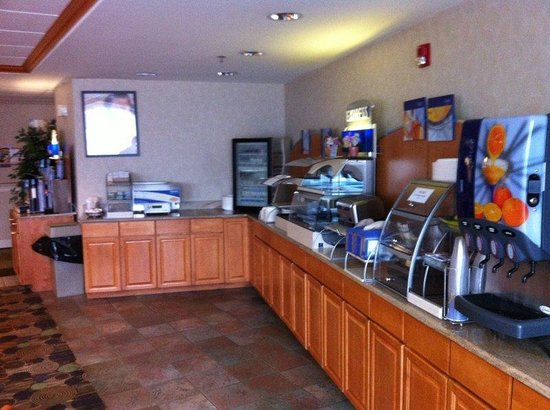 Holiday Inn Express Hotel & Suites: Breakfast Bar