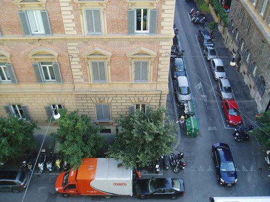 Hotel Savoy : ホテル玄関前の道