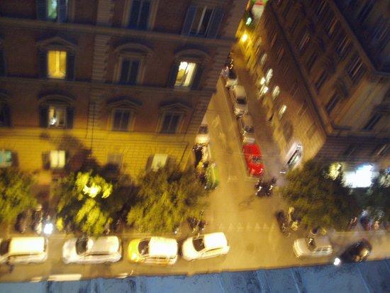 Hotel Savoy: 夜のホテル玄関前を見下ろす