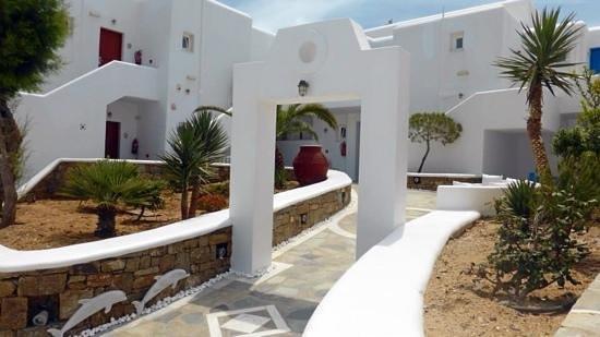 Petasos Beach Hotel & Spa: Hotel grounds