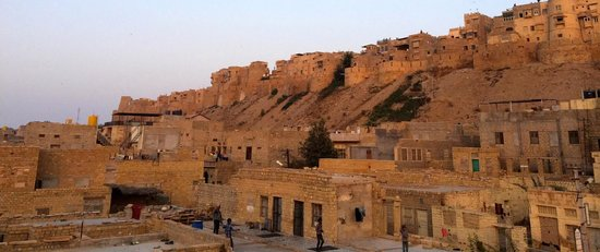 Hotel Shahi Palace: View of the Jaisalmer fort from the rooftop restaurant