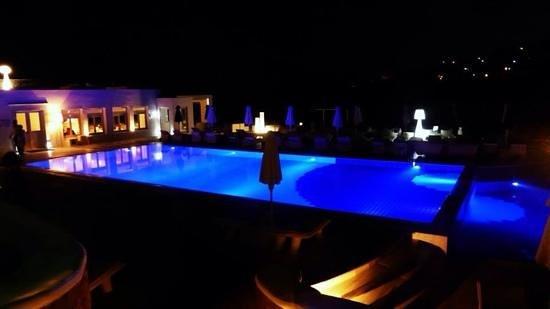 Petasos Beach Resort & Spa: Hotel grounds at night