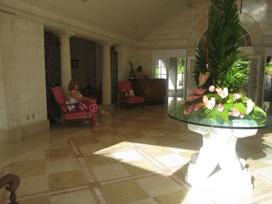 Bajan Blue at Sandy Lane: Wait for our taxi in the hotel lobby..