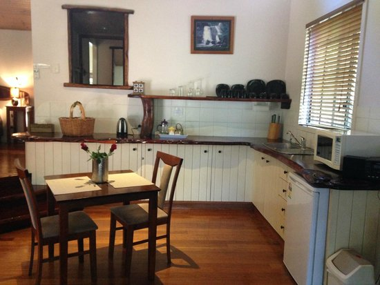 Hunchy Hideaway: Very clean and spacious kitchen, cute dining table for two with roses