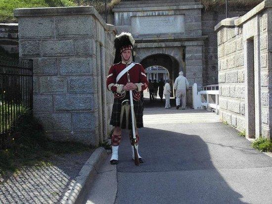 Site historique de la Citadelle : Die Schottische Garde vor dem Eingang zur Zitadelle