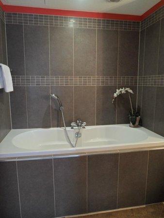 Hotel le Colombier : Bathtub