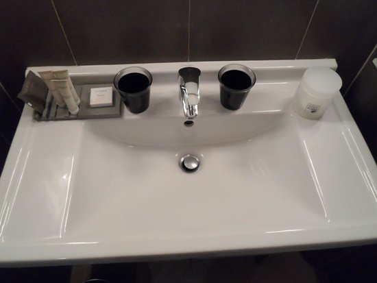 Hotel le Colombier : Wash basin