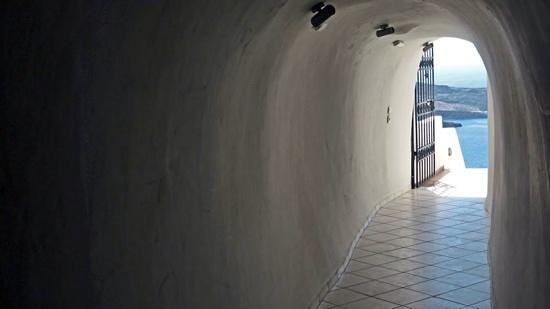 Panorama Boutique Hotel: Hotel tunnel to the stairs down to the pool