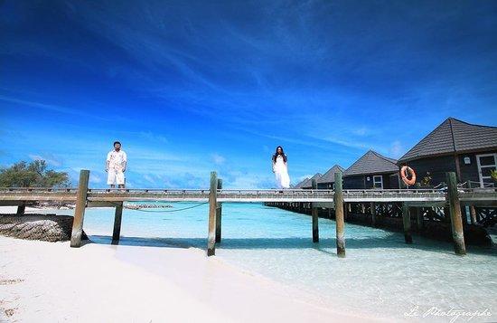 Kuredu Island Resort & Spa: bridge to water villa