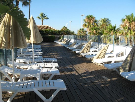 Hotel Mac Puerto Marina Benalmádena: Sun deck with a view towards the sea