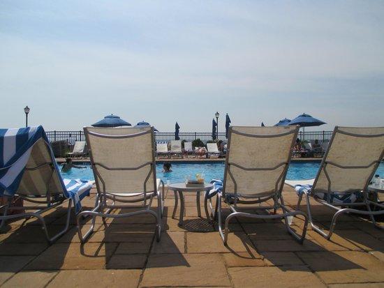 Hyatt Regency Newport: Pool side
