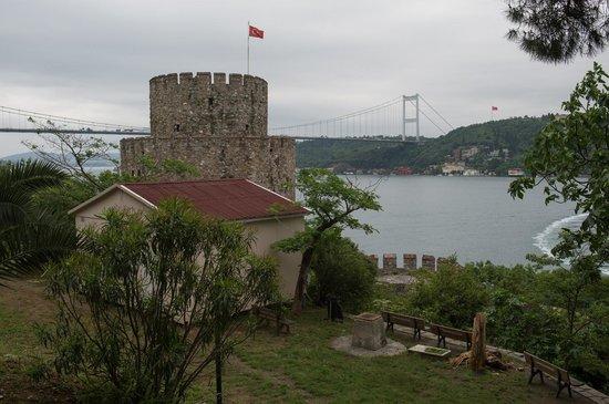 Rumeli Fortress: Вид из крепости на мост