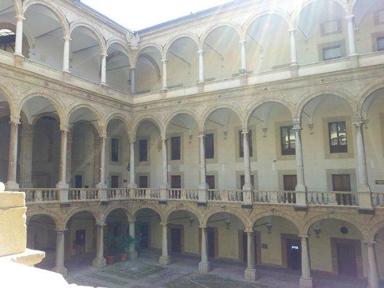 Palazzo dei Normanni: un cortile