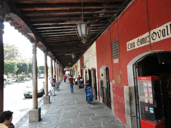 La Plaza (Parque Central): Costado de la plaza. Sector  comercial café La Condesa espectacular