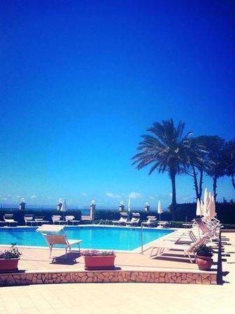 Villa Romana Hotel : Vista dalla piscina con il mare sullo sfondo